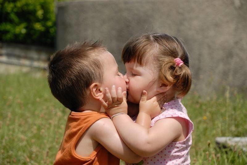 Первый поцелуй детей картинки
